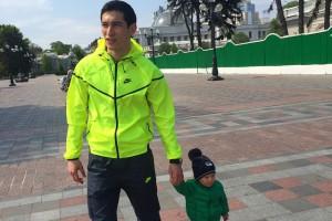 Тарас Степаненко гуляет с сыом