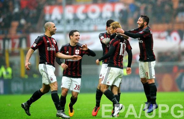 Игроки Милана празднуют забитый гол в ворота Дженоа