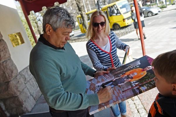 Мирча Луческу ставит автограф на картине