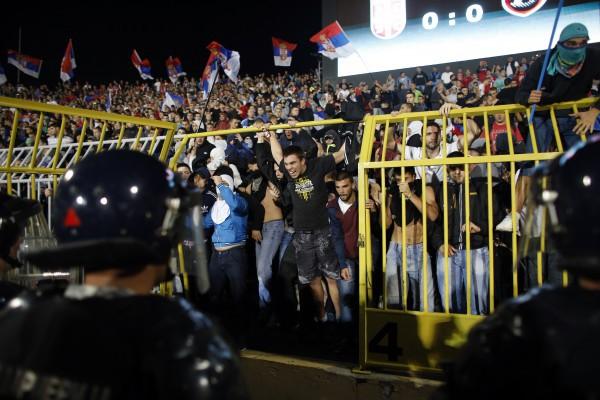 На стадионе в Белграде вспыхнули беспорядки