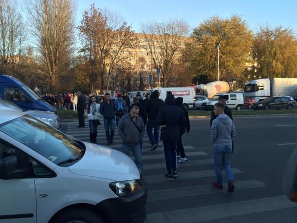 Фанаты во Львове перекрыли улицу во Львове (фото 3 ноября около 17:00)