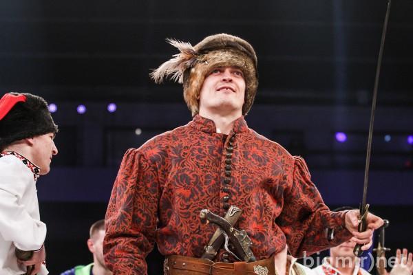 Беринчика в ринг против Гарсии выводил Александр Усик в образе гетьмана