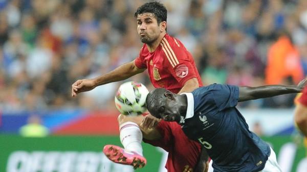 Диего Коста и Мамаду Сахо в матче Франция-Испания