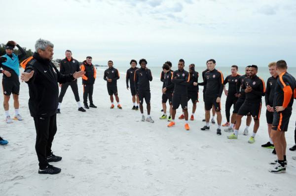 Тренировка Шахтера на пляже в США