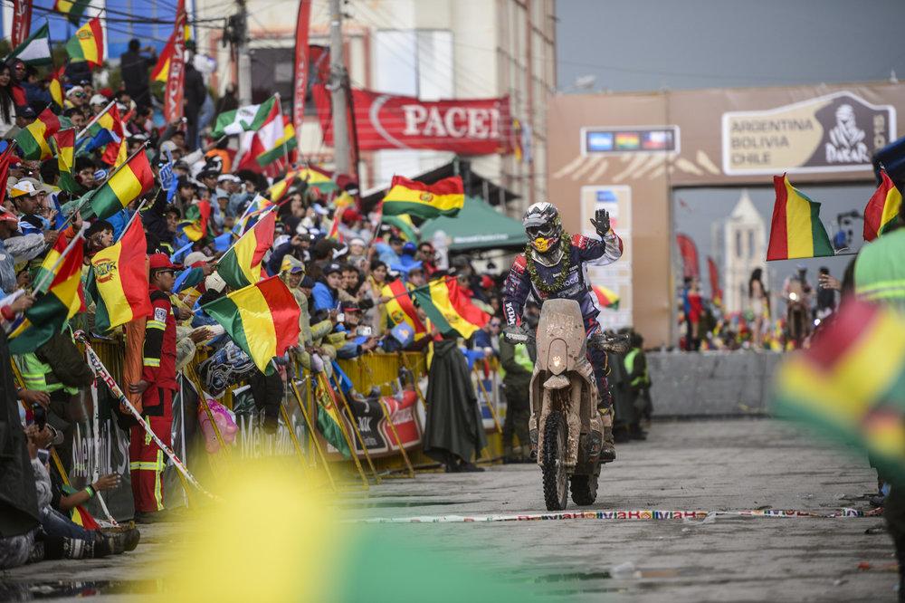 Финишная линия седьмого этапа из Икике в Уюни. Под слоем грязи мы можем заметить Маттиаса Валкнера/Red Bull