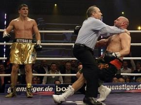 Марко  Хук отправил претендента в нокаут в третьем раунде
