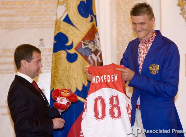 Андрей кириленко вручает Дмитрию Медведеву памятный сувенир