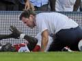 Защитник Арсенала сломал ногу, упав на рекламный щит