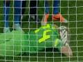 В Румынии фанаты кинули петарду во вратаря Стяуа