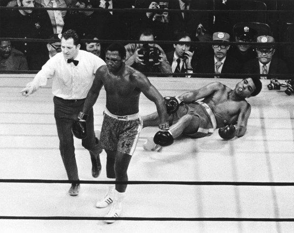 Фрейзер отправляет Али в нокдаун