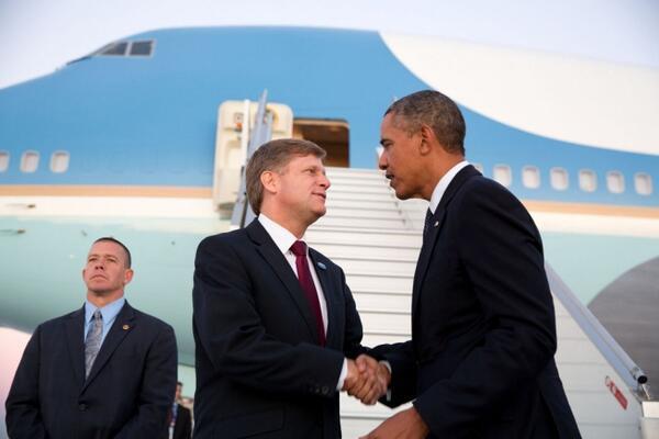 Посол США Майкл Макфол (по центру) и Барак Обама