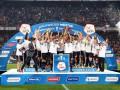 Известный теннисист вручил игрокам Базеля чемпионский трофей