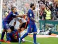 Фанат Валенсии попал бутылкой в двух игроков Барселоны