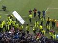 Фанаты Ман Сити сломали рекламные щиты на стадионе Уигана и выбросили их на поле