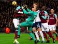 Курьезный случай: вратарь Вест Хэма чуть не свернул шею одноклубнику во время матча