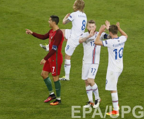 Радость сборной Исландии после матча с Португалией