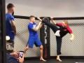 Экс-чемпион UFC жутко разозлился, получив ногой по лицу от Ван Дамма