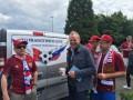 Фанаты из России гоняют по Франции на фургоне с надписью