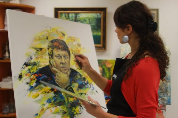 Ольга Коваль рисует портрет Александра Заварова