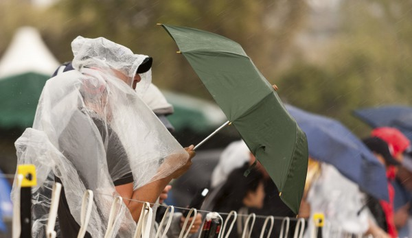Зрители Ф-1 пытались укрыться от дождя