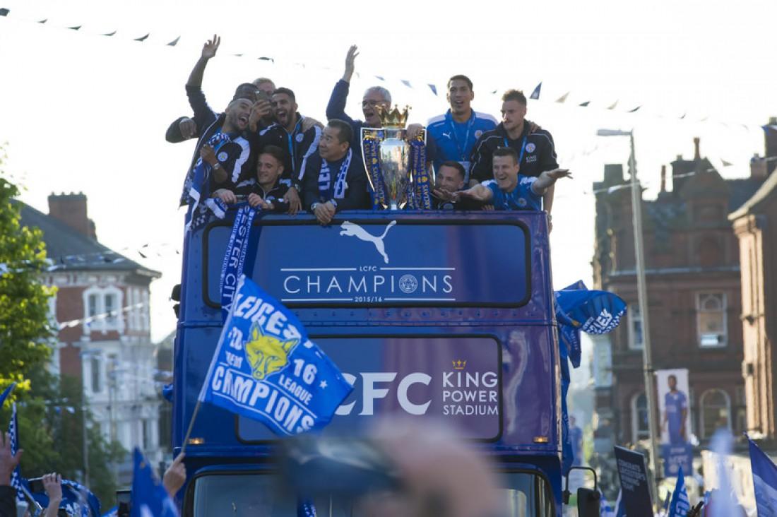 Футболисты Лестера с трофеем Премьер-лиги