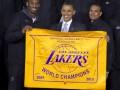 По-домашнему. Обама поздравил Лейкерс