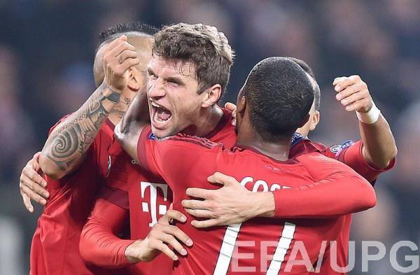 Томас Мюллер радуется одному из  голов Баварии в матче