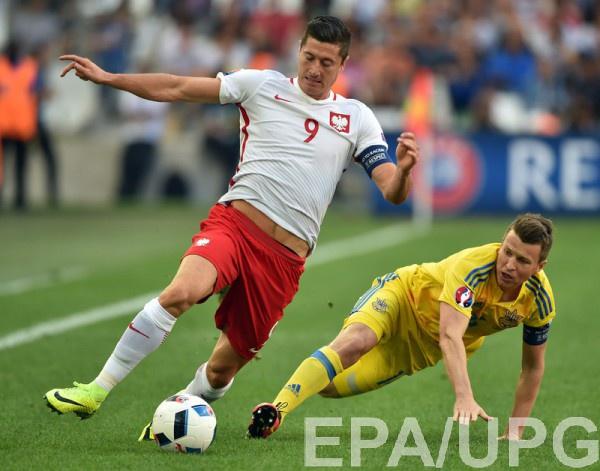 Руслан Ротань в матче с Польшей (играет в подкате против Левандовски)