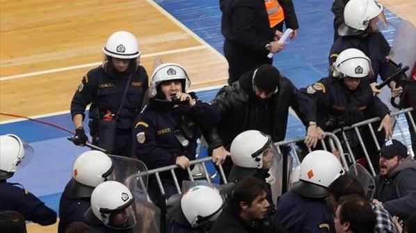 На матчеПанеллиниос – Спортинг среди болельщиков вспыхнула массовая драка