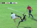 Удар ниже пояса: Футболист на удар ногой в грудь ответил ударом в пах
