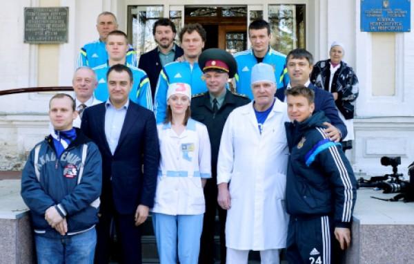 Игроки сборной Украины побывали в военном госпитале