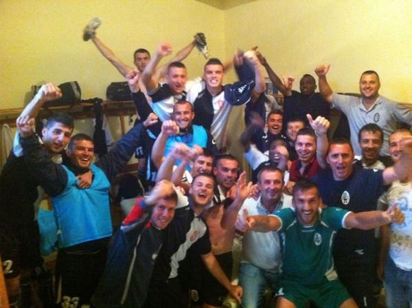 Празднование командой выхода во второй квалификационный раунд