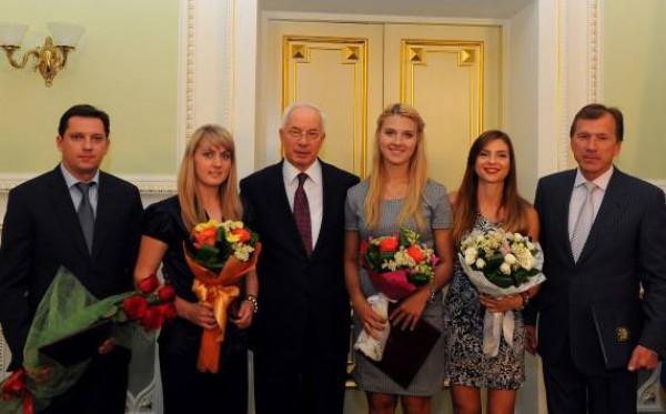 Николай Азаров встретился с чемпионками