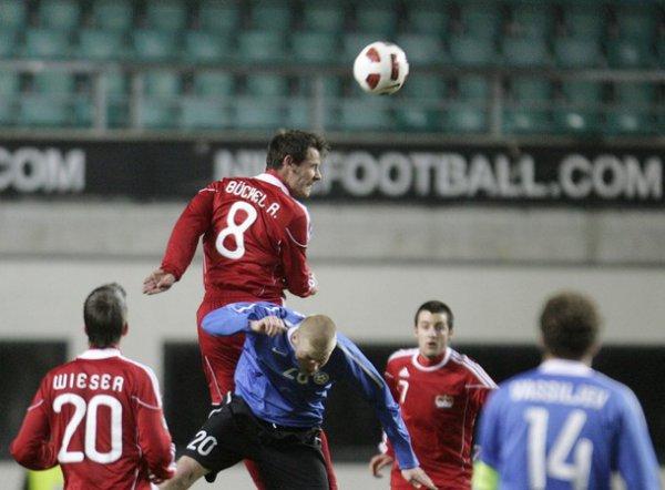 Каймар Сааг проигрывает воздух игроку сборной Лихтенштейна