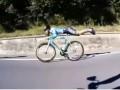 Супермен на колесах: Сеть покорил необычный способ езды на велосипеде