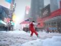 Снежное счастье: Парень рассекал по улицам Нью-Йорка на сноуборде