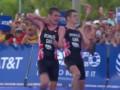 Брат за брата: Видео драматического финиша в триатлоне