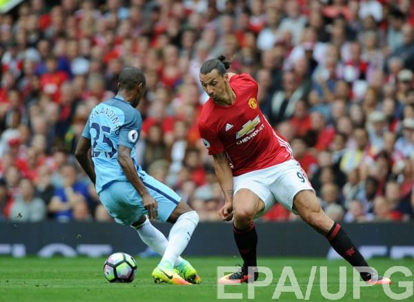 Златан Ибрагимович в поединке АПЛ против Манчестер Сити