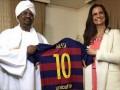 Президенту Судана подарили футболку с фальшивым автографом Месси