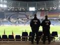 Полицейский заговорился по телефону и прошел через поле во время матча Кубка Турции