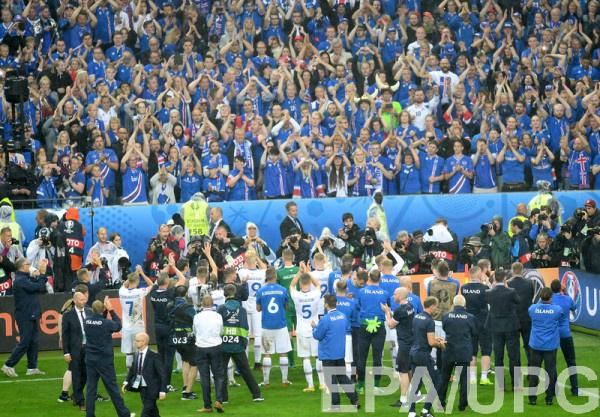 Сборная Исландии благодарит болельщиков за поддержку