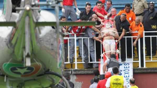 Пострадавшего фаната эвакуируют со стадиона