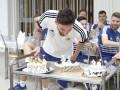 Торт и портрет: Месси отпраздновал день рождения с партнерами по сборной
