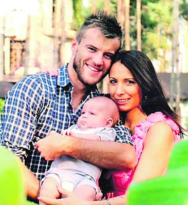 Андрей Ярмоленко с женой Инной и сыном Иваном