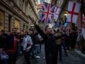 Английские фанаты забросали полицейских бутылками, а в ответ получили гранаты