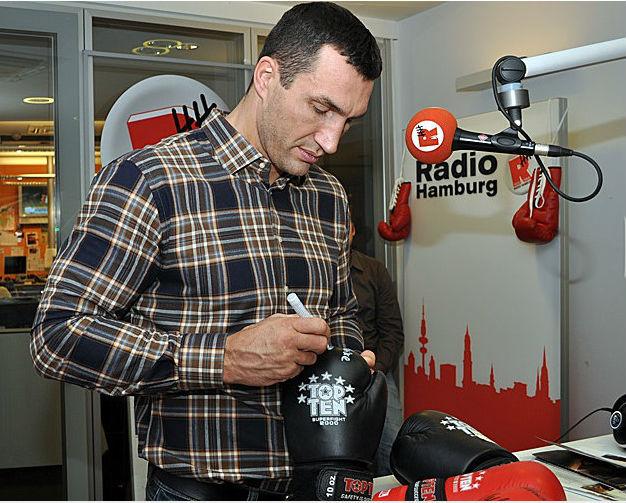 Во время шоу Владимир подарил слушателям не одну фотографию или перчатку со своим автографом