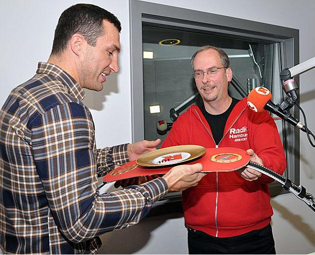 Два попадания приносят нашему боксеру новый чемпионский пояс - чемпиона по игре в дартс на радиостанции Гамбурга