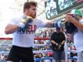 Альваресу запретили боксировать с Головкиным в перчатках, разработанных тренером мексиканца