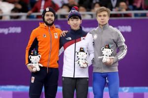 Голландский спортсмен показал средний палец на церемонии награждения