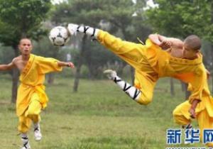 По мотивам фильма. Шаолиньские монахи объединили футбол и кунг-фу